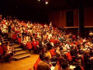 Le public s'installe à l'Espace Jean Racine