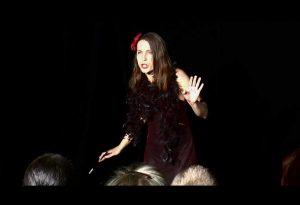 Le rôle de Miss Issipee, lors du spectacle « la comédie du langage »